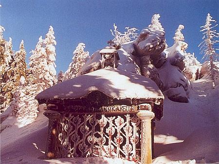 Kaple na šumavském Třístoličníku pod sněhem