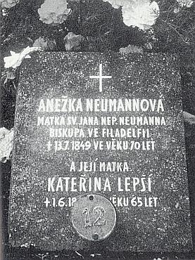 Matčin hrob v Prachaticích před úpravou a po ní