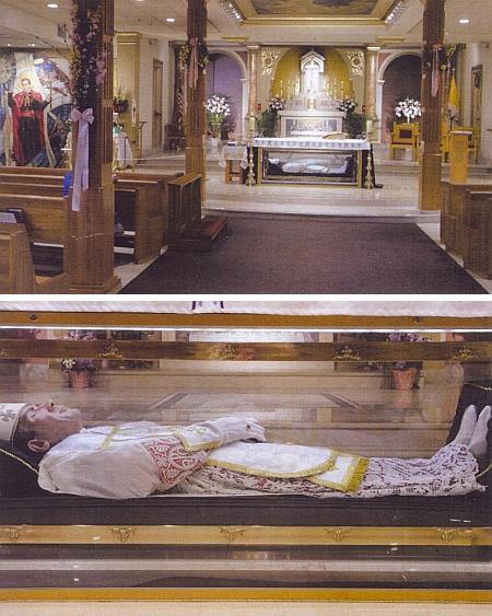 Další snímky z místa posledního odpočinku světcova v kryptě filadelfského chrámu sv. Petra