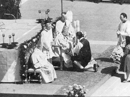 Při jeho svatořečení v roce 1978 nesou dva mladí němečtí Šumavané Svatému otci Pavlu VI. obětní svíce