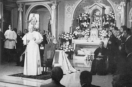 Dva snímky z návštěvy papeže Jana Pavla II. v kryptě kostela sv.  Petra ve Filadelfii v říjnu roku 1979