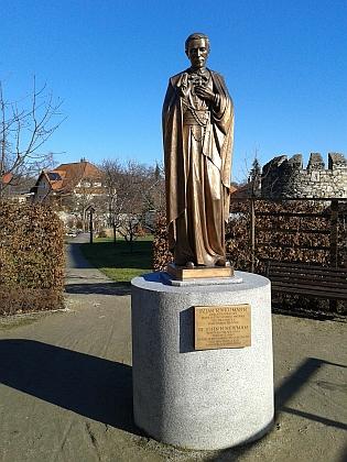 ... a bronzová socha blízko něj, u hospice, nazvaného jeho jménem