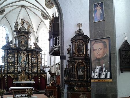 ... a jeho portrét na sloupu v kostele v lednu roku 2016