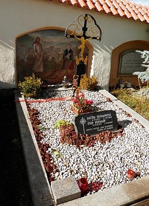 Opětovně upravený hrob rodičů v roce 2017