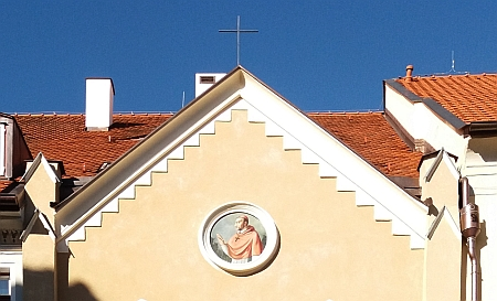 ... do jehož průčelí se vrátilo vyobrazení sv. Karla Boromejského (snímek z roku 2018)