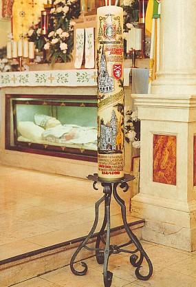 Skříň s ostatky světce ve Filadelfii, před ní votivní svíce šumavských poutníků