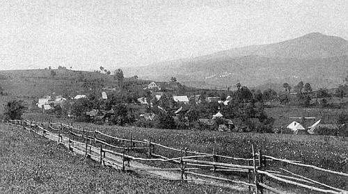 Hlásná Lhota od východu, v pozadí Mlynářovice a hora Bobík