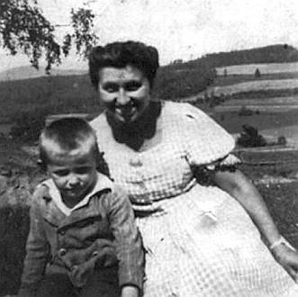 Malý Pepi Neuwirth roku 1939 s učitelkou mateřské školy v Hlásné Lhotě slečnou Hildou Spanovou z Prachatic