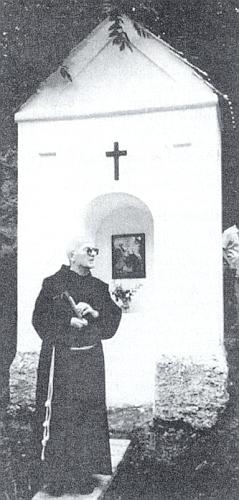 Při jednom ze zastavení křížové cesty ze Záblatí kdobrovodské kapli Panny Marie z hory Karmel vroce 1996