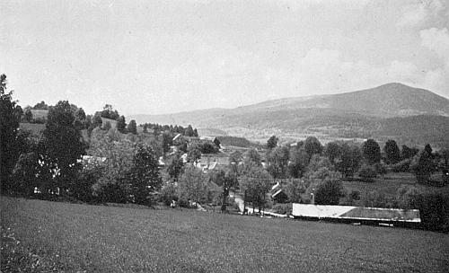 Rodná Hlásná Lhota, vpravo vzadu se zvedá hora Bobík