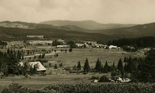 Nové Údolí na staré pohlednici,  v pozadí Pažení (Basum) a Boubín (Kubani)
