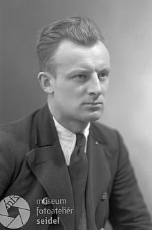 Dva snímky z 27. dubna roku 1938, pořízené v českokrumlovském fotoateliéru Seidel