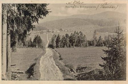 """Nové Údolí v roce 1919, kdy mu bylo 9 let, na dvou variantách pohlednice JosefaSeidela, zachycující ves na pozadí tzv. """"Kostelní cesty"""" (""""Kirchensteig""""), vedoucí od ní do farní obce České Žleby"""