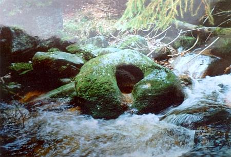 """""""Kamenná mísa"""" v potoce při někdejším mlýně zvaném Gletschermühle u Nového Údolí"""