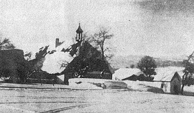 """Nové Údolí s dvorcem """"u Kempingerů"""", před ním kaplička a hlavně třešeň ptáčnice, v jejíž koruně malý Walther podle vlastních slov pod snímkem asi  z roku 1925 rád sedával"""
