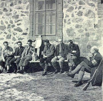 Roku 1938 při schwarzenberské myslivně v Mlynářovicích sedí na lavici první zleva