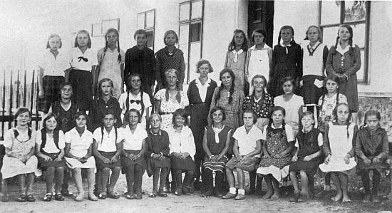 Jeho žena Ella (Eleonora), roz. Müllerová, s dívčí třídou ročníků narození  1919-1921 před školou v Kaltenbachu