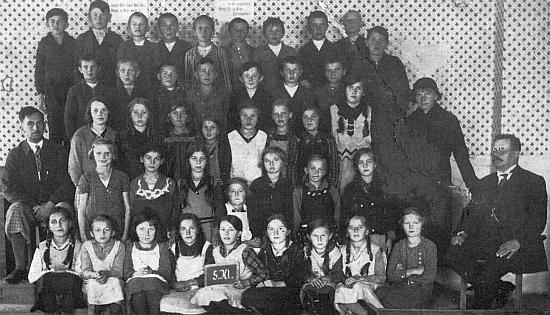 Na snímku se žáky ročníku narození 1923 v Kaltenbašské škole sedí zcela vlevo, napravo vidíme řídícího učitele Adolfa Strunze