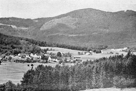 Jeho maminka pocházela z dnes zcela zaniklé vsi Hvozd (Hochwald, česky i Havalda) u Chvalšin, zde na snímku Josefa Seidela, v pozadí vrchy Plešný a Chlum