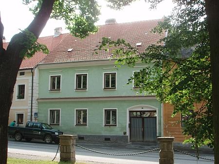 """Fasáda domu čp. 30 na chvalšinském náměstí, který patřil Niescherovým a byl zván """"Hechtschuster"""" podle jednoho z někdejších majitelů, který se jmenoval Höcht, dole bývala trafika pana Migla"""