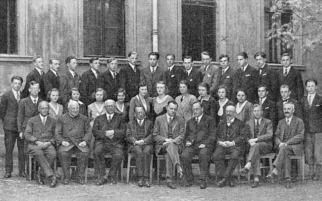 S absolventy německého učitelského ústavu sedí v roce 1932 mezi členy učitelského sboru druhý zleva