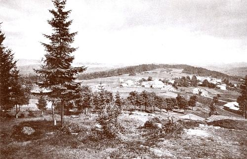 """Klingenbrunn z vrchu Ludwigsstein, zachycený roku 1887 na vzácném starém snímku """"dvorním fotografem"""" Bernhardem Johannesem z Merana (1846-1899) pro album spolku Waldverein v Pasově, jak snímek popsal PaulPraxl"""