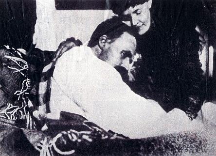 Dementní Nietzsche na sklonku života se svou sestrou Elisabeth