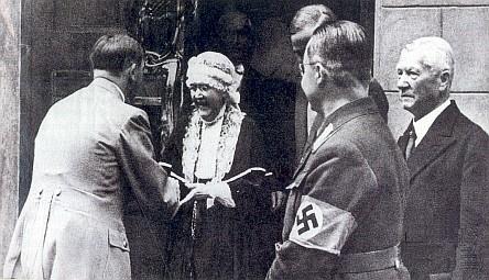 Nacismus se zmocňuje filozofova odkazu: Hitler s Elisabeth Försterovou, roz. Nietzscheovou, ve Výmaru v roce 1935