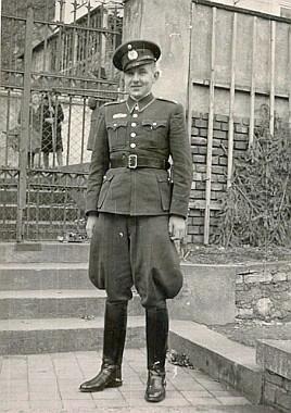V uniformě vládního vojska roku 1941