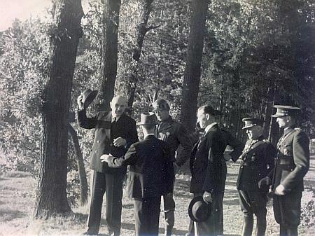 Otec provádí generála Pattona hlubockými schwarzenberskými majetky po osvobození 1945