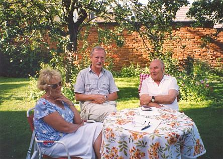 S Dr. Gerhardem Trappem roku 1992 na zahradě domku v Bavorově