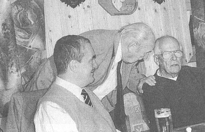 Na schůzi Historického spolku Schwarzenberg mezi Karlem Schwarzenbergem a předsedou spolku Ing. Václavem Macarem