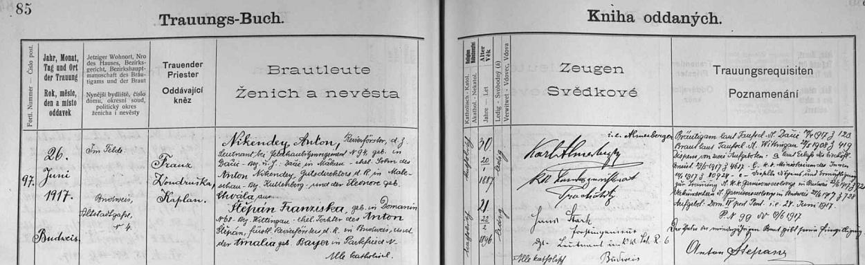 Německý zápis vedle všech českých na téže straně o českobudějovické svatbě jeho rodičů v červnu válečného roku 1917: ženich Anton Nikendey, narozený v Dačicích, v civilu lesník, byl tenkrát poručíkem 94. regimentu polních houfnic (jeho otec Anton Nikendey byl ředitelem statku v.v. v Malešově, okres Kutná Hora, matka Eleonora byla roz. Chválová), nevěsta Franziska Štěpánová, narozená v Domaníně, okres Třeboň, byla dcerou knížecího revírníka vČeských Budějovicích Antona Štěpána a Amalie, roz. Bayerové ze šumavské Bělé (Parkfried)