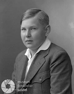 ... na snímku z fotoateliéru Seidel, datovaném 17. června 1935...