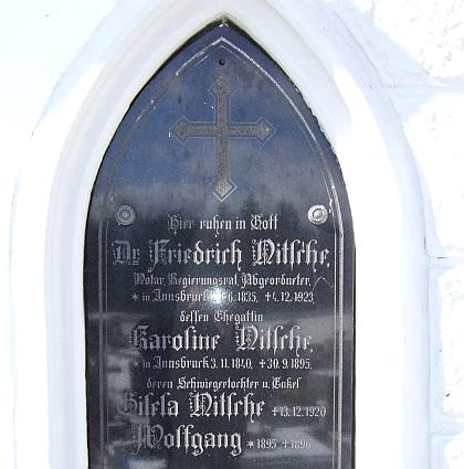 Hrob při zdi kostela sv. Bartoloměje apoštola ve Vyšším Brodě