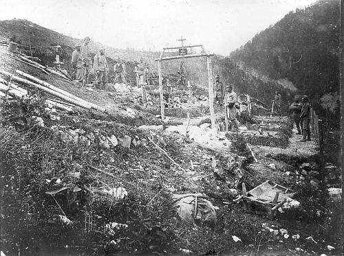 """""""Svatá"""" (a jakákoli jiná válka) v praxi: polní hřbitov 91. pluku na """"Mrzlem vrhu"""", dnes ve Slovinsku"""