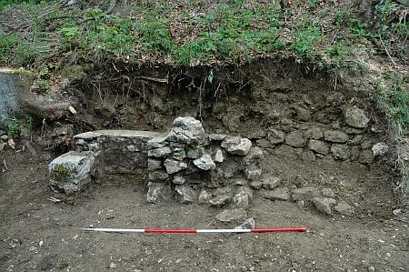 Pozůstatky památníku, odkryté před zahájením rekonstrukce v roce 2015