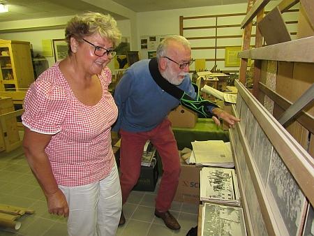 Ema Kondysková a Helmut Nodes v archivu rodáků z Dolní Vltavice
