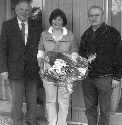 Spolu s Horstem Stiepanim tu gratuluje k narozeninám vedoucí Domu Šumavanů v Lackerhäuser Brigitte Kandlbinderové