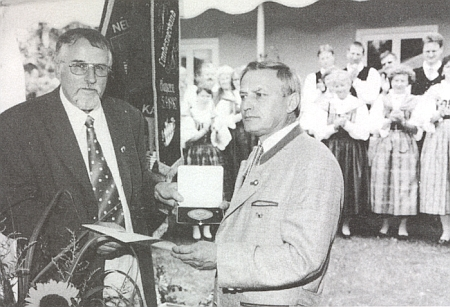 Ingo Hans mu v roce 1998 předává medaili Adolfa Hasenöhrla