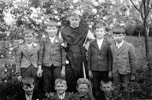Se strýčickými ministranty na zahradě zdejší fary v květnu 1943