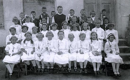 Ve Strýčicích za války (1941) jako kaplan mezi dětmi, které přišly ke svému prvnímu svatému přijímání