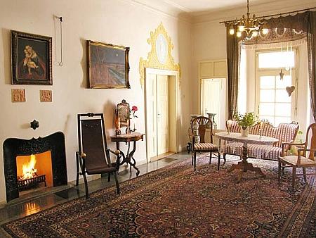 Dnešní interiéry zámku ve Zdíkově slouží jako hotelová apartmá