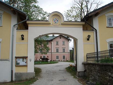 Pohled do nádvoří bývalého zdíkovského zámku dnes