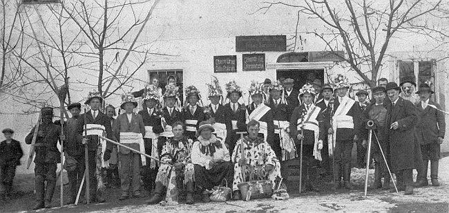 """Vzácný snímek z Dolního Příbrání zachycuje masopustní """"mečovou koledu"""" v roce 1928, kdy už tam ovšem Nowak nepůsobil, jejíž výtěžek měl být věnován na zvon pro zdejší návesní kapli"""