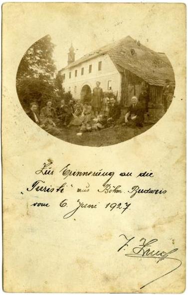 """""""Turisti"""" z Českých Budějovic v Dolním Příbrání na snímku z června roku 1927"""