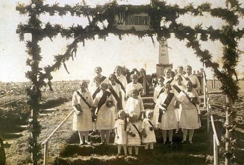 Družičky u pomníku padlých z první světové války, který v místech, kde bývalo Dolní Příbrání, dodnes stojí