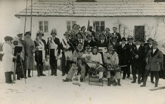 Další dva vzácné snímky mečové koledy z Dolního Příbrání