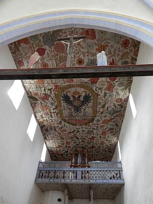 Kostel sv. Mikuláše v Kašperských Horách obklopený hřbitovem, na kterém je pochován i Rudolf Nowak