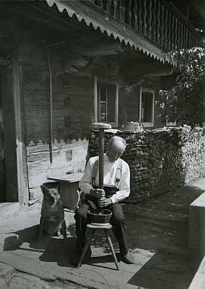 Tři jeho fotografie ze sbírek Šumavského muzea v Pasově